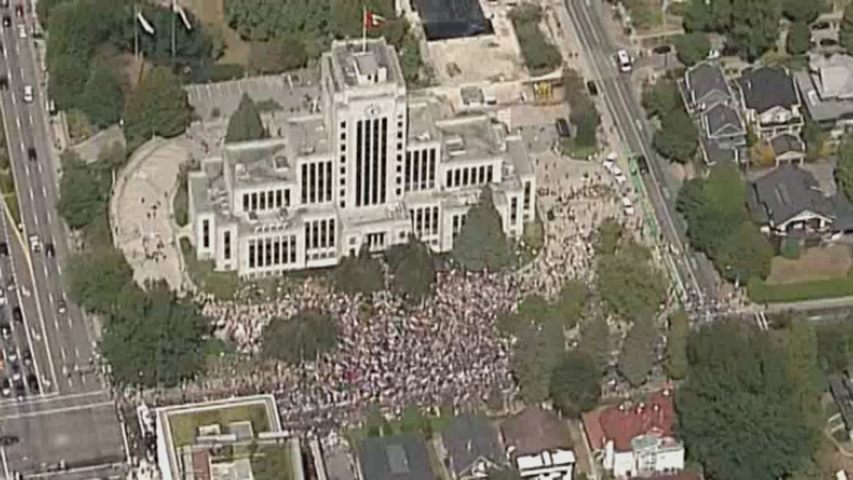 Police estimate that 4,000 people gathered for a pro-immigration rally outside Vancouver City Hall on Saturday, August 19, 2017.