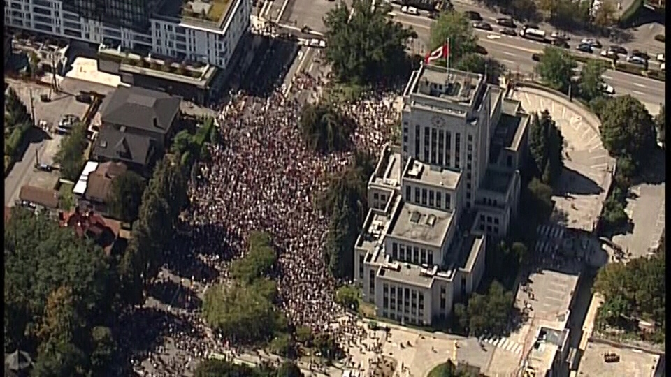 Vancouver police estimate that 4,000 people came to City Hall on Aug. 19, 2017. Thousands of anti-racist demonstrators showed up to counter a planned anti-immigration rally. (CTV)