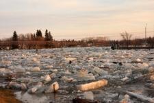 Ice jams move slowly through Riverton, Man., Wednesday evening, April 15, 2009. Riverton is approximately 120 km north of Winnipeg. (Debbie Einarson / MyNews.CTV.ca)