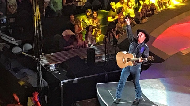 Garth Brooks performs at the Scotiabank Saddledome on September 1, 2017 (@ctvjkanygin)