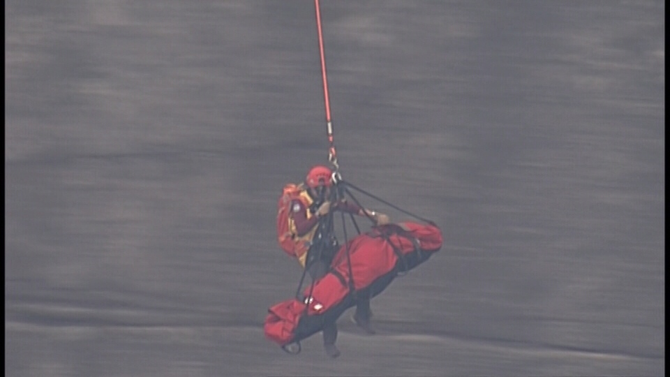 Squamish Search and Rescue volunteers perform an aerial rope rescue to bring the injured climber to safety. (CTV)