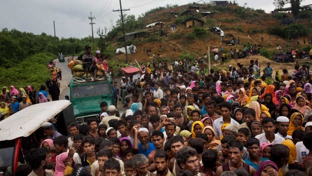 Myanmar's Rohingya ethnic minority refugees scuffle for food rations distributed by Bangladeshi volunteers near Cox's Bazar's Gundum area, Bangladesh on Sept. 3, 2017. (AP / Bernat Armangue)