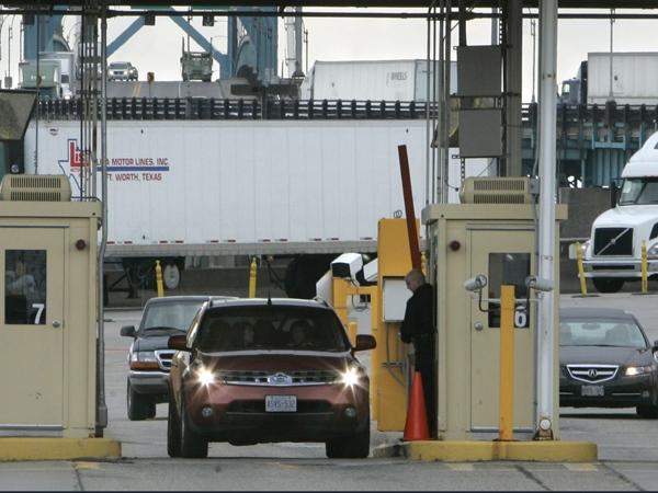 Vehicles are stopped and checked by Customs Border Protection officers in Detroit, after crossing the Ambassador Bridge from Windsor, Ont., Tuesday, April 21, 2009. (AP / Carlos Osorio)