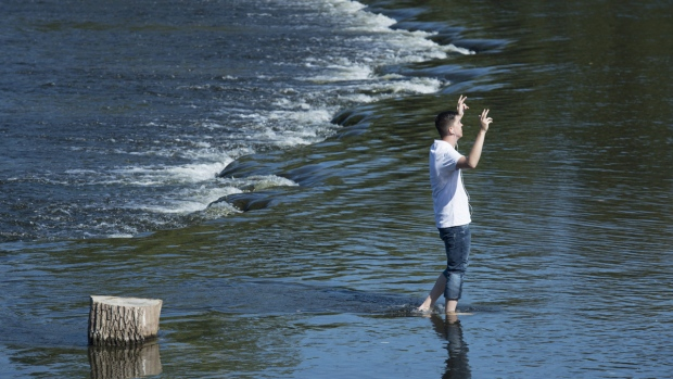 Adam Campbell cools himself in the Rideau Rver in Ottawa, on Sept. 25, 2017. (Adrian Wyld / THE CANADIAN PRESS)