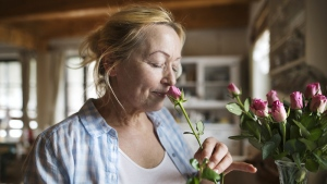 Failure to identify common every day smells could indicate the onset of dementia according to new research. (GrapeImages / IStock.com)