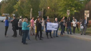 Protesters rallied in Pierrefonds after a report criticized the proposed Anse à l'Orme development project (Oct. 2, 2017)