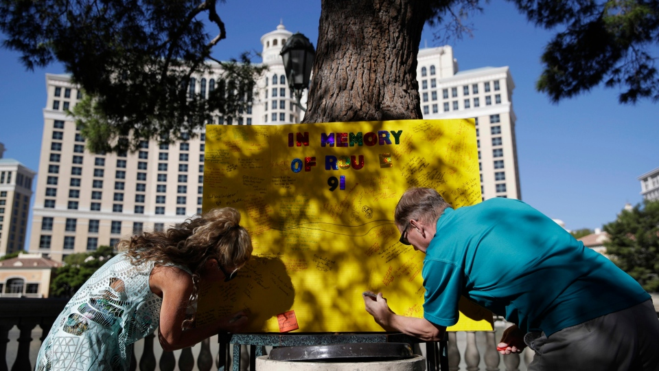 People leave messages at a makeshift memorial for victims of the mass shooting at a music festival, Tuesday, Oct. 3, 2017, in Las Vegas. (AP Photo / John Locher)