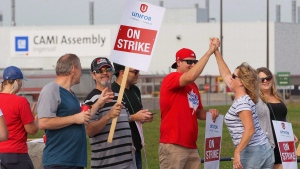 Employees of the GM CAMI assembly factory stand on the picket line in Ingersoll, Ont., on Monday, Sept. 18, 2017. (THE CANADIAN PRESS/Dave Chidley)