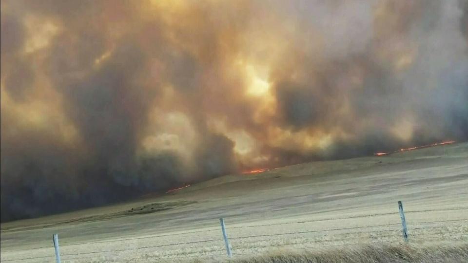 Grass fire: Emergency alerts in southern Alberta, Saskatchewan