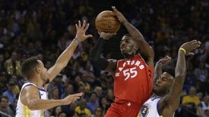 Toronto Raptors' Delon Wright shoots between Golden State Warriors' Stephen Curry, left, and Jordan Bell during the first half of an NBA basketball game in Oakland, Calif. on Wednesday, Oct. 25, 2017. (AP / Ben Margot)