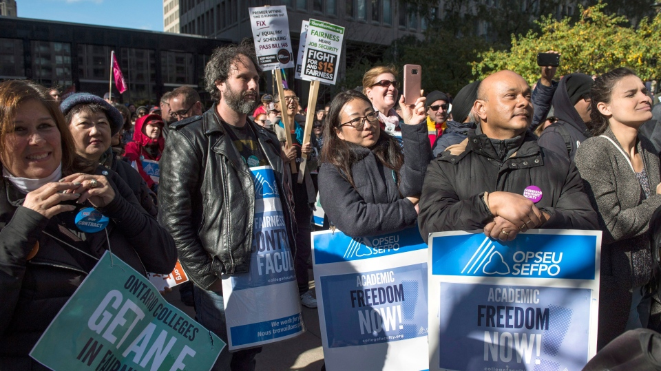 Striking college faculty rally in Toronto on Wednesday, Oct.25, 2017. (THE CANADIAN PRESS / Thomas Campean)