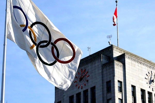 The Olympic flag flies outside City Hall in Vancouver, B.C., on Wednesday, February 18, 2009. (Darryl Dyck / THE CANADIAN PRESS)