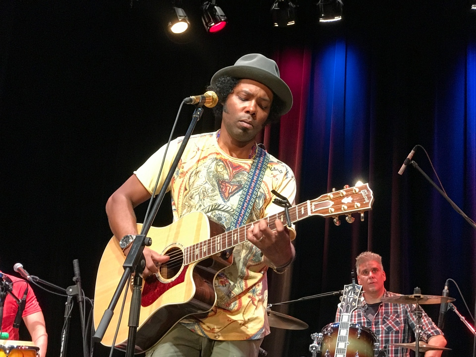 Alex Cuba on stage (Anton Koschany / W5)