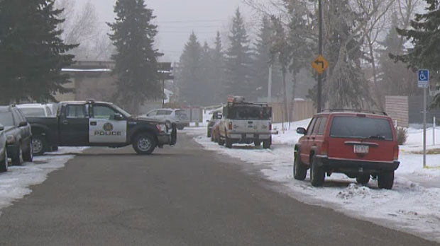 Homicide detectives in northeast Calgary say it's difficult to gather evidence at a stabbing scene because of snow.