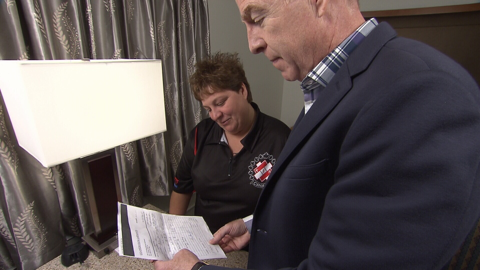 Sharole Bell shows Ross McLaughlin her invoice for shirts she ordered, but never received. (CTV)