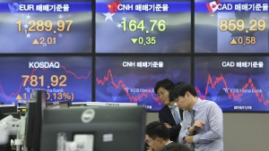 Currency traders watch monitors at the foreign exchange dealing room of the KEB Hana Bank headquarters in Seoul, South Korea, Thursday, Nov. 23, 2017.  (AP / Ahn Young-joon)