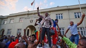 Zimbabweans celebrate outside the parliament building immediately after hearing the news that President Robert Mugabe had resigned, in downtown Harare, Zimbabwe, Tuesday, Nov. 21, 2017. (AP / Ben Curtis)
