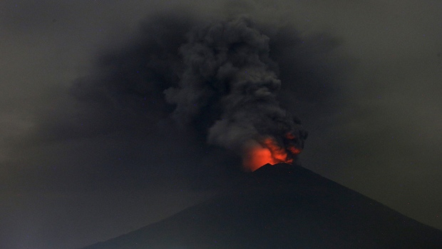 Ash from rumbling volcano forces Bali airport to stay shut