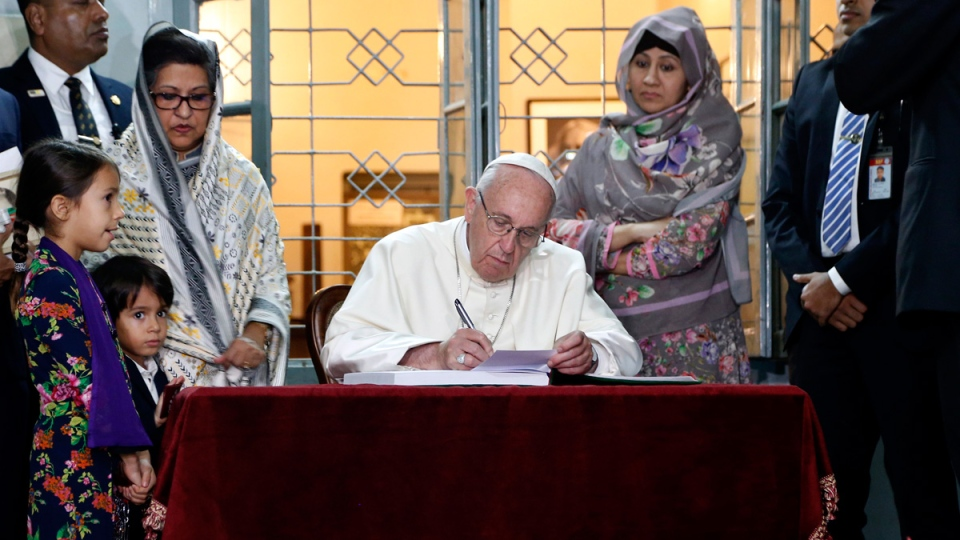 Pope Francis sign the guest book