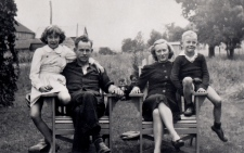 A photo of Gordon Lightfoot and his family in 1944
