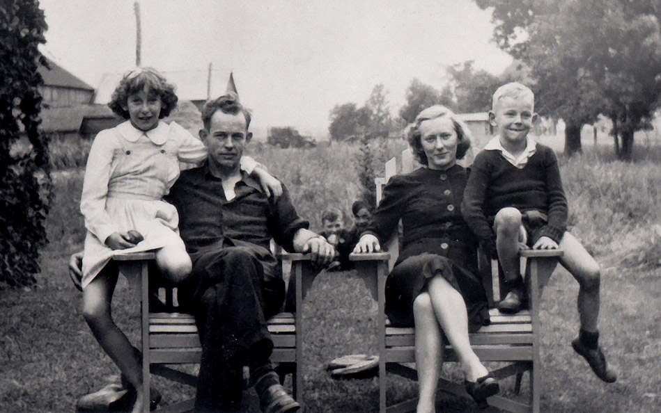 A photo of Gordon Lightfoot and his family in 1944.