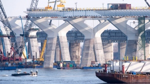 Construction of the new Champlain bridge goes on Monday, December 4, 2017 in Montreal. Work is expected to be completed by the end on next year. (THE CANADIAN PRESS/Paul Chiasson)
