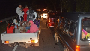 Vehicles are stuck in traffic as people try to reach higher ground amid fears of a tsunami, following an earthquake in Cilacap, Central Java, Indonesia, Saturday, Dec. 16, 2017. (AP Photo / Wagino)