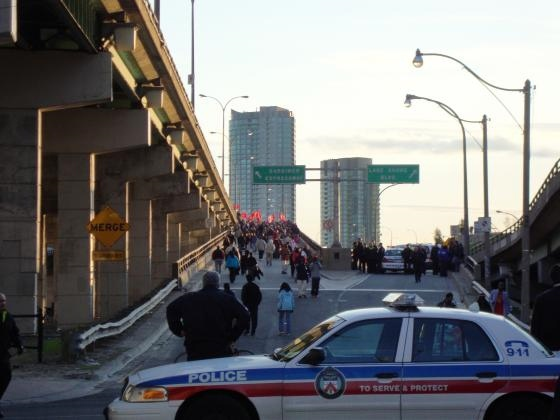 Tamil protesters move up the Spadian Avenue ramp onto the westbound Gardiner Expressway on Sunday, May 10, 2009. (Jesse Park / MyNews.CTV.ca)