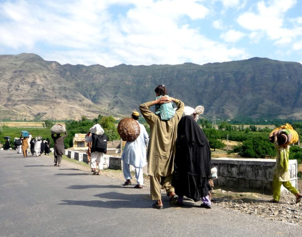 Local residents carry their belongings as they flee Mingora, the main town of Pakistan's troubled Swat Valley, Sunday, May 10, 2009. (AP Photo)