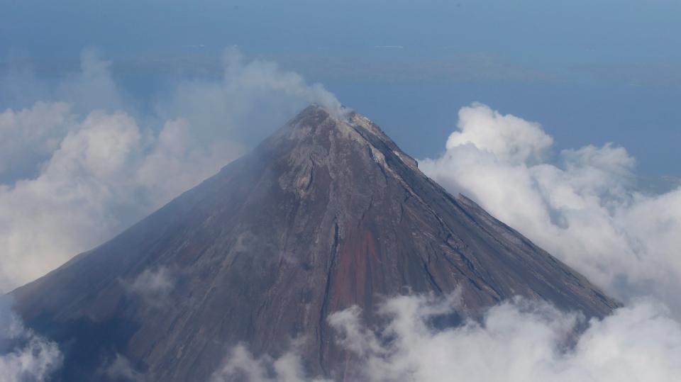 Philipines volcano erupts