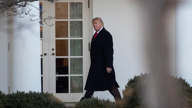 U.S. President Donald Trump walks along to colonnade to the Oval Office of the White House in Washington, Thursday, Jan. 18, 2018, as he returns from Pittsburgh. (AP Photo / Carolyn Kaster)