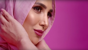 British model Amena Khan, who had been chosen by L'Oreal to appear in an advertising campaign in Britain, has pulled out over accusations she made anti-Israeli comments in a series of old tweets.. (©  L'Oréal Paris UK & Ireland / YouTube.com)