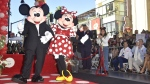 Minnie Mouse poses with Mickey while being honoured with the 2,627th star on the Hollywood Walk of Fame on January 22, 2018 in Hollywood, California. (© FREDERIC J. BROWN / AFP)