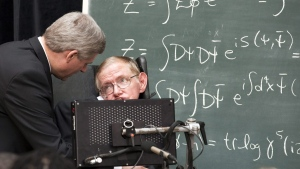 Prime Minister Stephen Harper and Stephen Hawking at the Perimeter Institute in Waterloo, Ont., on July 6, 2010. (Frank Gunn / THE CANADIAN PRESS)