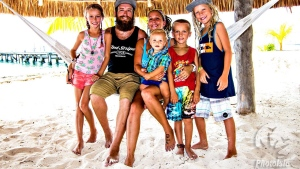 Shane King, who is shown with wife Amber and children Sydney, Quentin, Knox and Marz, died after a motorcycle accident in Isla Mujeres Saturday. (Robert Miller/PhotoIsla via Facebook)