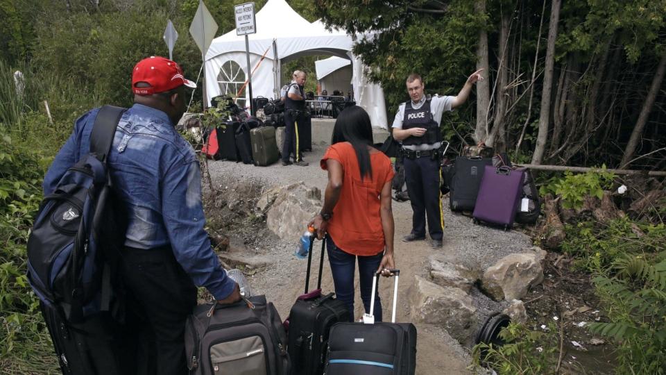 Migrants cross into Quebec
