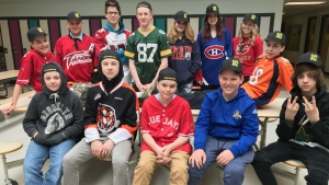 Students in Airdrie, Alberta show their support for the Humboldt Broncos and the #strazstrong hat campaign. (MyNews / Jennifer Yersh)