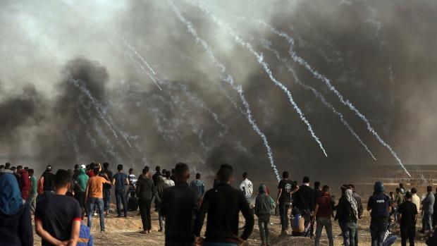 Israeli troops fire teargas at Palestinians