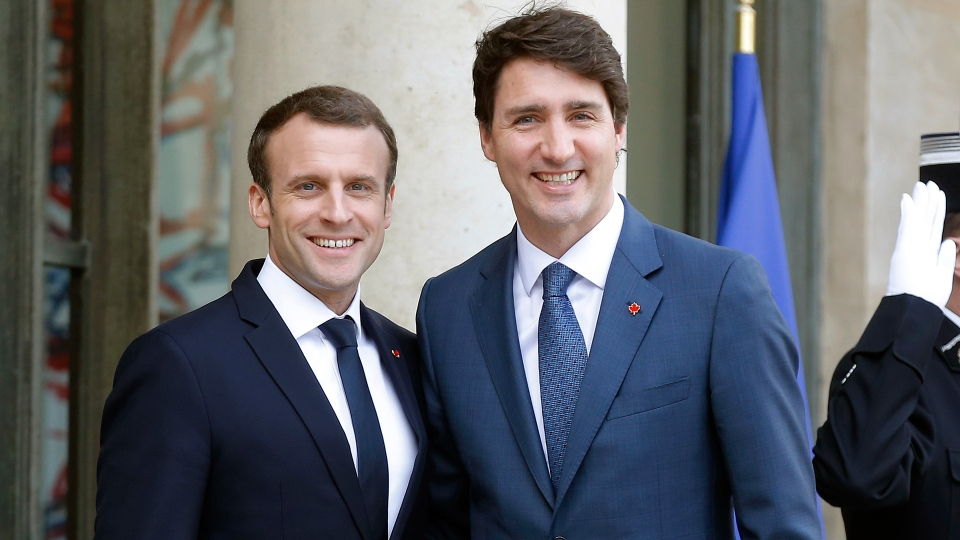 French President Emmanuel Macron, left, welcomes Prime Minister Justin Trudeau on the occasion of their meeting at the Elysee Palace in Paris, Monday, April 16, 2018. (AP / Michel Euler)