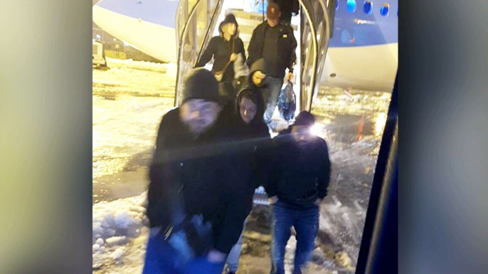 Passengers de-board a plane at Toronto's Pearson International Airport. Some were forced to wait on an idling plane for nearly seven hours. (CTV)