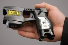 A newer model police issued X26 Taser is shown. (THE CANADIAN PRESS / Jonathan Hayward)
