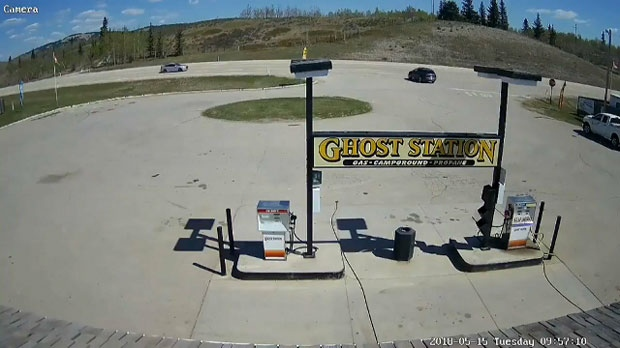 Surveillance camera still of suspect vehicle in a May 15, 2018 gas-and-dash moments before a Highway 1A crash (courtesy: Ghost Station)