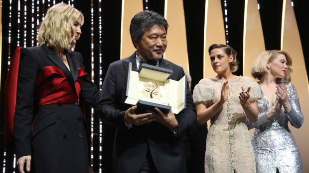 Director Hirokazu Kore-eda, centre, holds the Palme d'Or for the film 'Shoplifters' which was presented by jury president Cate Blanchett, left, jury members Kristen Stewart, second from right, and Lea Seydoux during the closing ceremony of the 71st international film festival, Cannes, southern France, Saturday, May 19, 2018. (Vianney Le Caer)