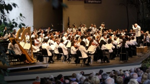 Bramwell Tovey conducts the New York Philharmonic during its opening night for Bravo! Vail Friday, July 21, 2017, at Gerald R. Ford Amphitheater in Vail, Colo. (Chris Dillmann/Vail Daily via AP)