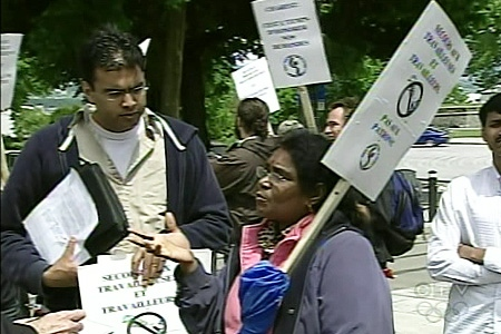 Former textiles and clothing workers protest at the National Assembly. (June 12, 2009)
