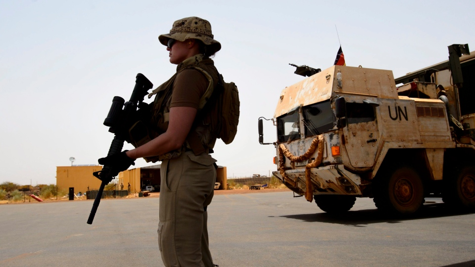 A Canadian soldier keeps watch as the the first Canadian troops arrive at a UN base in Gao, Mali, on Sunday, June 24, 2018. (THE CANADIAN PRESS/Sean Kilpatrick)