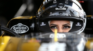 Aseel Al-Hamad behind the wheel of the Renault E20 car before the French Grand Prix (@RenaultSportF1 / Twittter)