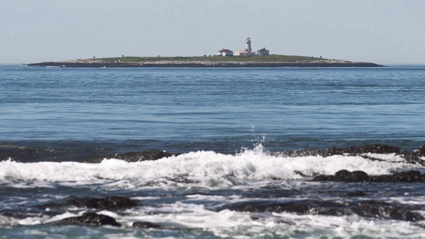 United States border agents approached Canada fishermen in disputed waters