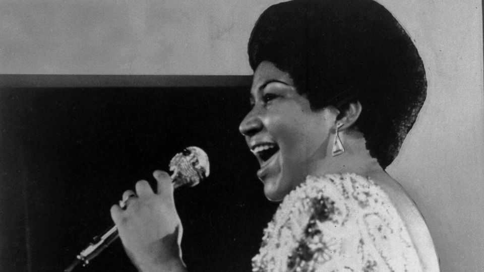 Aretha Franklin sings a few notes into microphone, Jan. 28, 1972. (AP Photo)