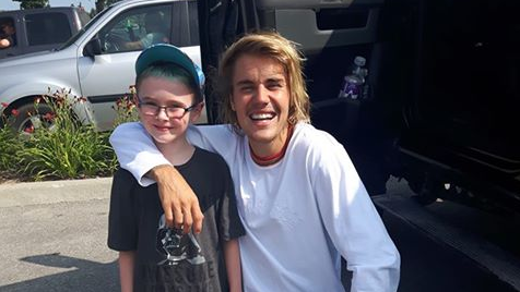 Justin Bieber all smiles as he poses with a fan in Stratford. (Aug. 11, 2018)